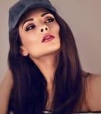 Piękny seksowny ekspresyjny dymiący oko makijażu model z brown brzęczeniami obraz stock