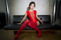 Piękny seksowny kobieta taniec i pozować w luksusowym mieszkaniu Zdjęcie Royalty Free