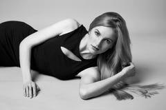 Piękny seksowny kobiety blondynki włosy wieczór uzupełniał przypadkową suknię fotografia stock