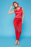 Piękny seksowny młody biznesowej kobiety blondyn z wieczór makijażem jest ubranym smokingowego kostiumu wierzchołek heeled buta b Zdjęcie Royalty Free