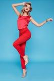 Piękny seksowny młody biznesowej kobiety blondyn z wieczór makijażem jest ubranym smokingowego kostiumu wierzchołek heeled buta b Obraz Royalty Free