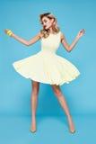 Piękny seksowny młody biznesowej kobiety blondyn z wieczór makijażem jest ubranym smokingowego kostiumu wierzchołek heeled buta b Obrazy Stock