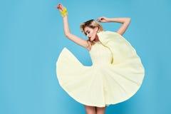 Piękny seksowny młody biznesowej kobiety blondyn z wieczór makijażem jest ubranym smokingowego kostiumu wierzchołek heeled buta b Zdjęcia Stock