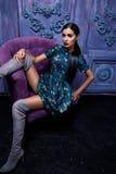 Piękny seksowny młody biznesowej kobiety wieczór włosiany makeup jest ubranym smokingowego kostiumu wierzchołka szpilek butów biz Zdjęcia Stock