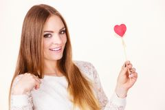 Piękny serce kształtujący kobiety mienia ręki kij Zdjęcia Stock