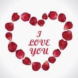 Piękny serce realistyczni czerwieni róży płatki na bielu Fotografia Royalty Free