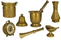 Piękny set lub kolekcja rocznika mosiądz lub złote dekoracyjne domowe rzeczy odizolowywający na bielu: zegar, tłuczek, moździerz, zdjęcie stock
