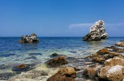 Piękny skalisty denny wybrzeże zdjęcie stock