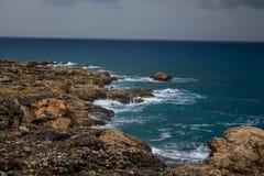 Piękny skalisty oceanu wybrzeże przy chmurnym dniem Zdjęcia Stock