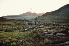 Piękny skalisty pole z zniszczonym budynkiem obrazy stock