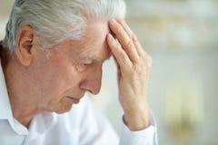 Piękny smutny myślący starszy mężczyzna pozuje w domu zdjęcia stock
