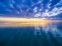 Piękny spokojny półmrok nic, woda ale niebo w oceanie - zdjęcia stock