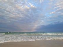 Piękny spokojny pokojowy plaży i zaciszności morze w wieczór fotografia royalty free