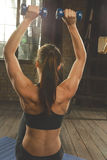 Piękny sportowy kobieta trening w domu obraz royalty free