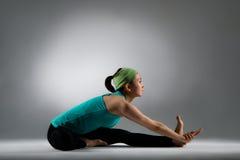 Piękny sprawności fizycznej kobiety obsiadanie na czystej podłoga Zdjęcia Royalty Free