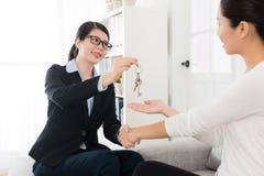 Piękny sprzedawczyni uścisk dłoni z jej klientem Zdjęcie Stock