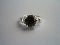 Piękny srebro pierścionek z szmaragdem Obrazy Royalty Free