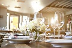 Piękny stół ustawia dla niektóre świątecznego wydarzenia, przyjęcie Obraz Royalty Free