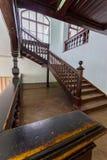 Piękny stary drewniany schody z ornamentacyjnymi poręczami prowadzi górne piętra dom Obraz Stock