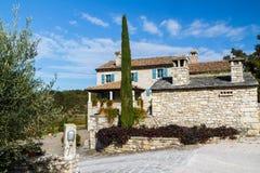 Piękny stary kamienia dom z błękitnym okno Chorwacja boczny widok zdjęcia stock