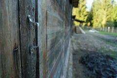 Piękny stary nieociosany drewniany stajni drzwi z rękojeścią zdjęcia stock