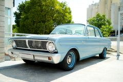 Piękny stary samochód parkujący na ulicie obraz stock