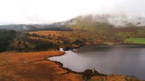 Piękny staw w górach Snowdonia park narodowy w Walia lota powietrznym materiale filmowym zdjęcie wideo