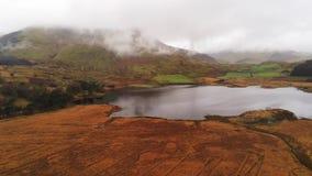 Piękny staw w górach Snowdonia park narodowy w Walia lota powietrznym materiale filmowym zbiory