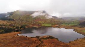 Piękny staw w górach Snowdonia park narodowy w Walia lota powietrznym materiale filmowym zbiory wideo