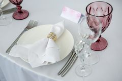 Piękny stołowy położenie z crockery dla przyjęcia, wesela lub innego świątecznego wydarzenia, Glassware i cutlery dla catered wig obraz royalty free