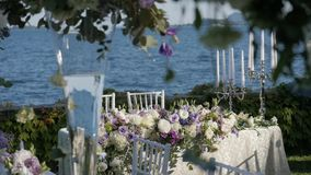 Piękny stołowy położenie z crockery i kwiatami dla przyjęcia, wesela lub innego świątecznego wydarzenia, Na brzeg zdjęcie wideo