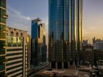 Piękny strzał Abu Dhabi góruje na magicznym chmurnym zmierzchu fotografia stock
