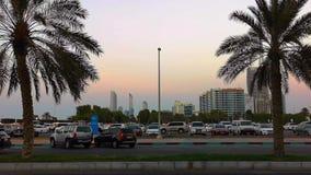 Piękny strzał Abu Dhabi miasta linia horyzontu góruje przy zmierzchem i ulicy zdjęcie wideo