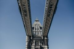 Piękny strzał Londyński most spod spodu zdjęcie royalty free