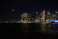 Piękny strzał Manhattan i most przy nocą fotografia royalty free