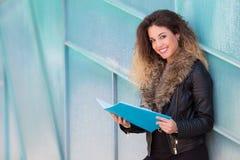 Piękny studencki czytanie broszura fotografia stock