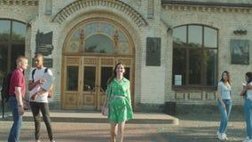 Piękny studencki opuszcza uniwersytet po lekcji zbiory