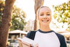 Piękny student collegu ono uśmiecha się outdoors zdjęcie royalty free