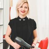 Piękny stylista z hairdryer fotografia royalty free