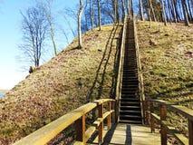 Piękny Sudargo kopiec blisko rzecznego Nemunas, Lithuania zdjęcia stock