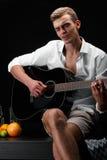 Piękny, sukces mężczyzna bawić się i Muzyka, piosenki, skała, wystrzału pojęcie Obrazy Stock