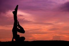piękny sylwetki kobiety joga zdjęcie royalty free