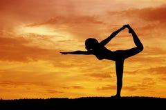 piękny sylwetki kobiety joga obraz royalty free
