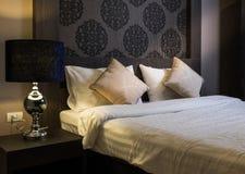 Piękny sypialni wnętrze w Nowym luksusu domu Zdjęcie Stock