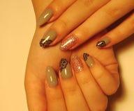Piękny szarość manicure z projektem na długich gwoździach obrazy royalty free