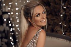 Piękny szczęśliwy blondynki kobiety portret śmia się przy kamerą nad bo obrazy royalty free