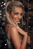 Piękny szczęśliwy blondynki kobiety portret śmia się przy kamerą nad bo zdjęcie royalty free