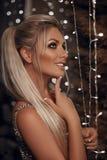 Piękny szczęśliwy blondynki kobiety portret śmia się przy kamerą nad bo zdjęcia royalty free