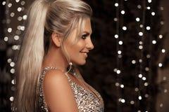 Piękny szczęśliwy blondynki kobiety portret śmia się przy kamerą nad bo fotografia royalty free