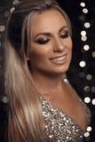 Piękny szczęśliwy blondynki kobiety portret śmia się przy kamerą nad bo obraz royalty free